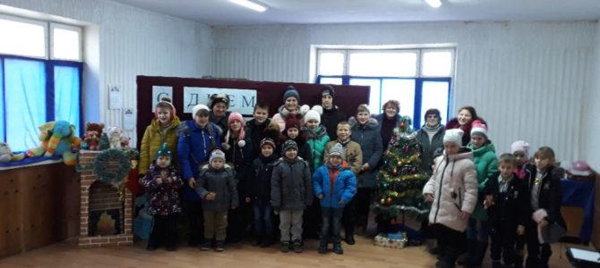 Воскресная школа храма новомучеников Крымских выступила для детишек и одиноких пожилых людей