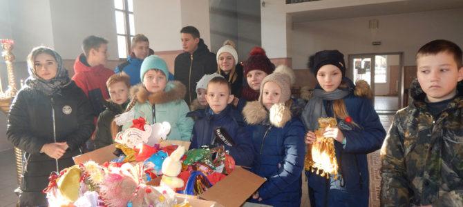 Красноперекопские школьники принесли в храм подарки для детей-сирот