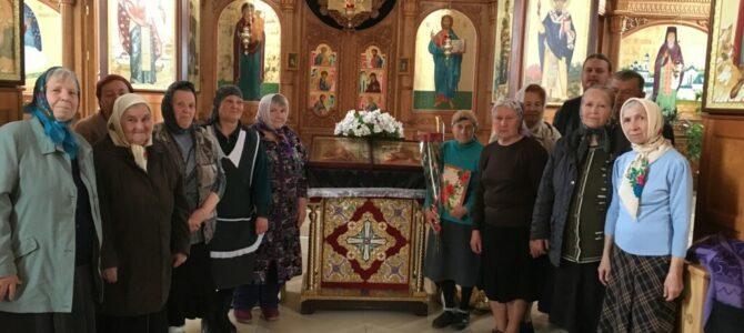 Прихожане Свято-Амвросиевского храма поздравили с юбилеем жительницу села