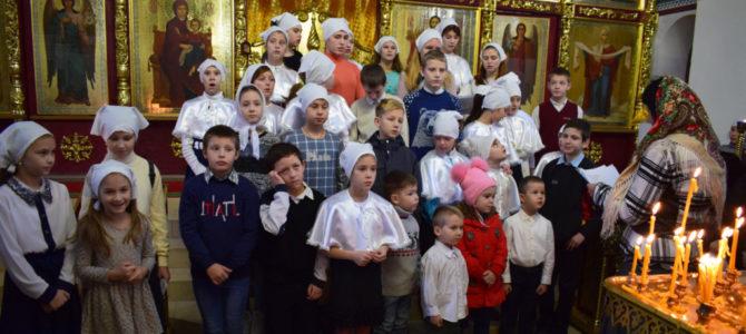 Дети поздравили прихожан Покровского собора с днём Святого Николая