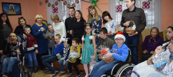 Социальный отдел епархии передал детишкам подарки от Красноперекопских школьников