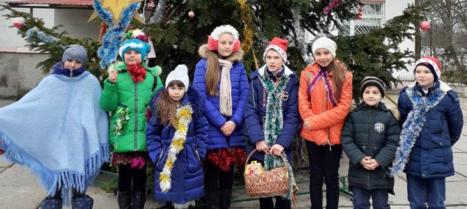 Воспитанники воскресной школы поздравили колядками жителей п. Азовского
