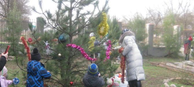 Воспитанники воскресной школы украсили ёлочки к празднику