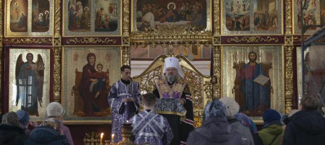 Правящий архиерей совершил общую исповедь в Покровском кафедральном соборе