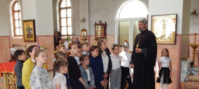 Изучающие модуль «Основы православной культуры» школьники посетили Свято-Вознесенский храм
