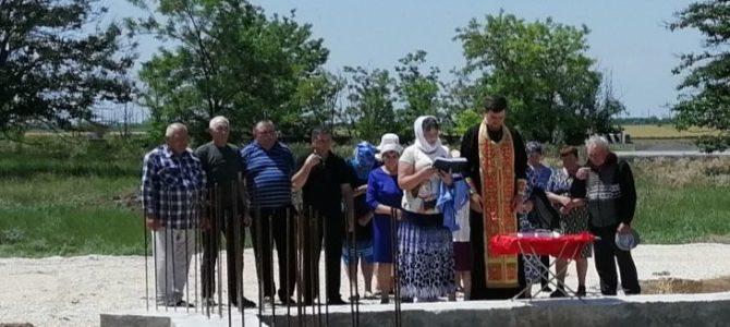 На территории строящегося Свято-Михайловского храма в с. Новая Деревня отслужен молебен
