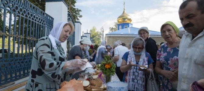 Праздничное угощение медом нового сбора в Покровском кафедральном соборе
